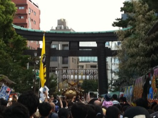 深川八幡祭り2015二の宮神輿渡御宮入り.jpg
